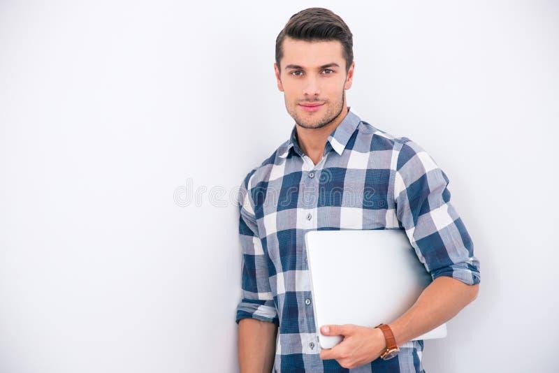 Biznesmen w przypadkowym sukiennym mienie laptopie zdjęcie stock