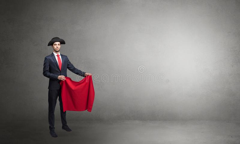 Biznesmen w pustym pokoju z toreadora pojęciem fotografia stock