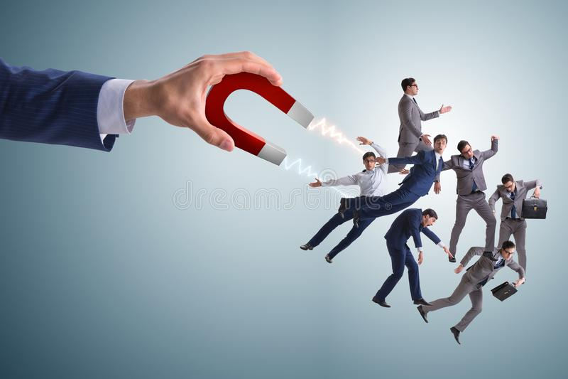 Biznesmen w rekrutacyjnym pojęciu z podkowa magnesem zdjęcia royalty free