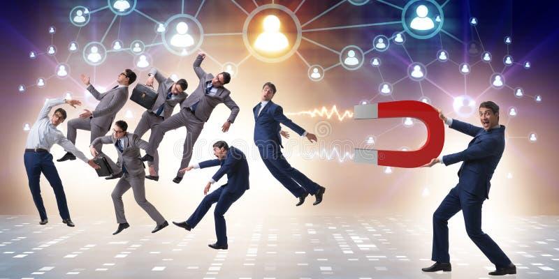 Biznesmen w rekrutacyjnym pojęciu z podkowa magnesem obrazy royalty free