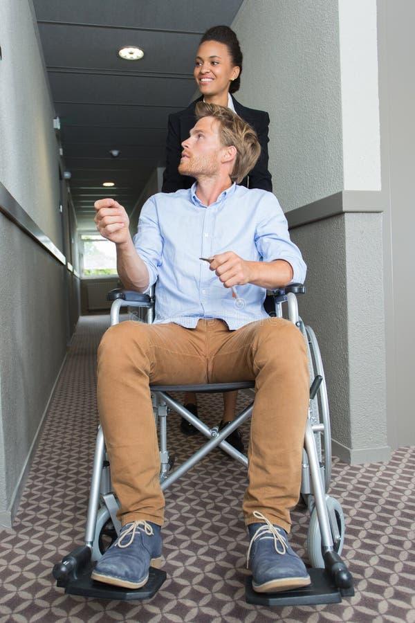 Biznesmen w w?zku inwalidzkim w hotelu obrazy royalty free