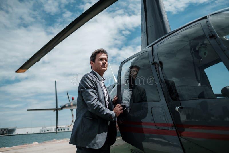 Biznesmen wchodzić do jego intymnego helikopter obraz stock