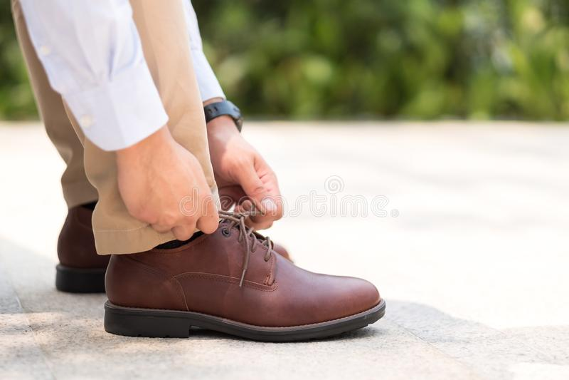 Biznesmen wiąże obuwiane koronki z rzemiennymi butami, dostaje gotowym wo zdjęcia stock