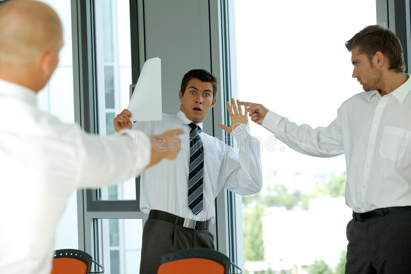 biznesmen wini jego kolegi - niepowodzenia pojęcie zdjęcie stock