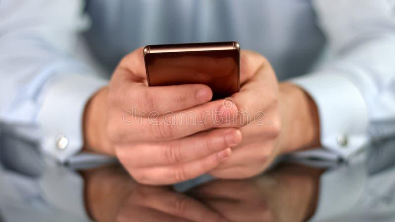 Biznesmen wręcza mieniu luksusowego gadżet, wyszukuje internet na telefonie, pracy app zdjęcie stock