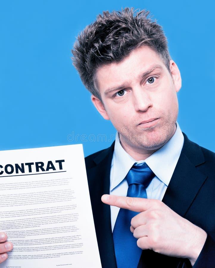 Biznesmen wskazuje kontrakt zdjęcia stock