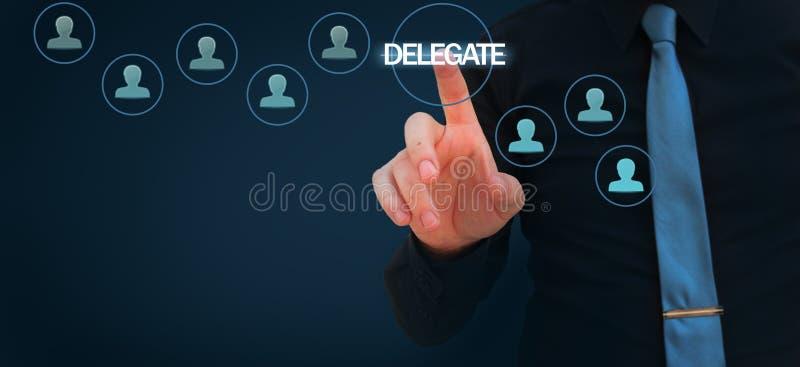 Biznesmen wskazuje palec delegować słowo na wirtualnym ekranie ilustracja wektor