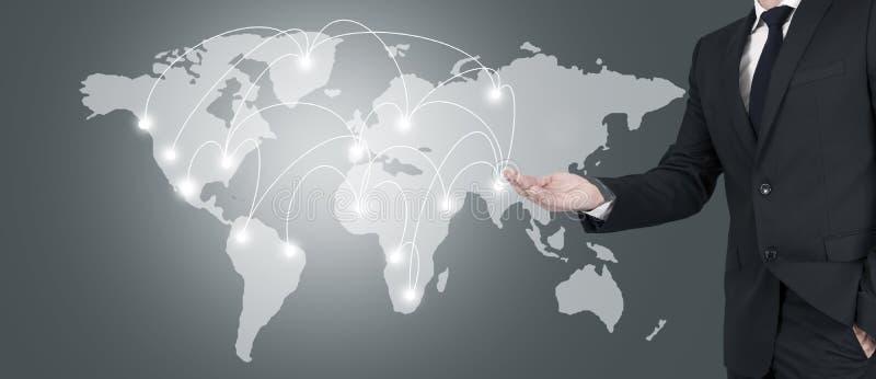 Biznesmen wskazuje przy światową mapą obrazy stock