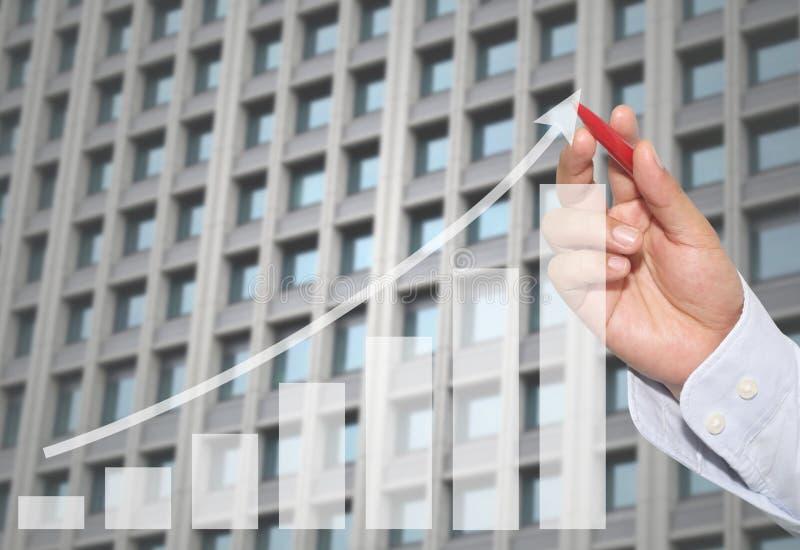 Biznesmen wskazywać w szczycie Biznesowy wykres na abstrakcjonistycznym Skysc fotografia royalty free