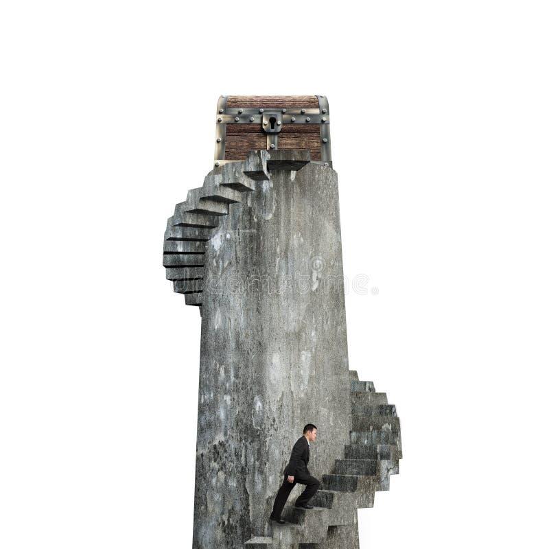 Biznesmen wspina się ślimakowatego schody w kierunku skarb klatki piersiowej na t obraz stock