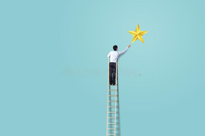 Biznesmen wspina się up na drabinie dosięgać gwiazdy, pomyślnego i wygrany pojęcie, obrazy royalty free