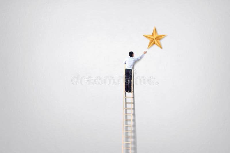 Biznesmen wspina się up na wzrostowym wykresu, pomyślnego i wygrany pojęciu, zdjęcie stock