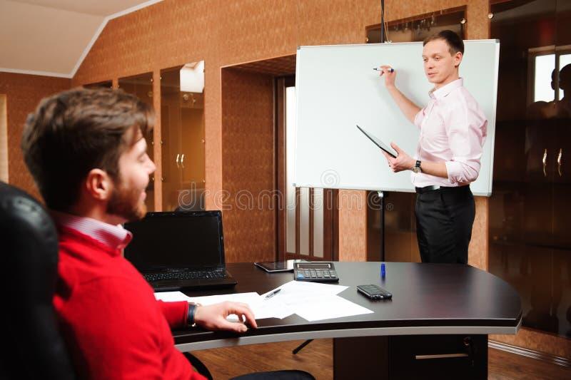 Biznesmen wyjaśnia plan biznesowego coworkers w sala konferencyjnej zdjęcia stock