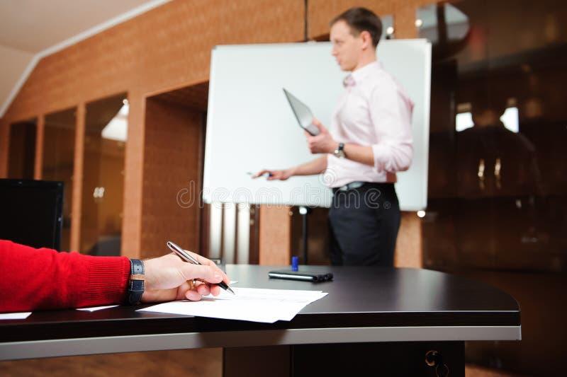 Biznesmen wyjaśnia plan biznesowego coworkers w sala konferencyjnej zdjęcia royalty free
