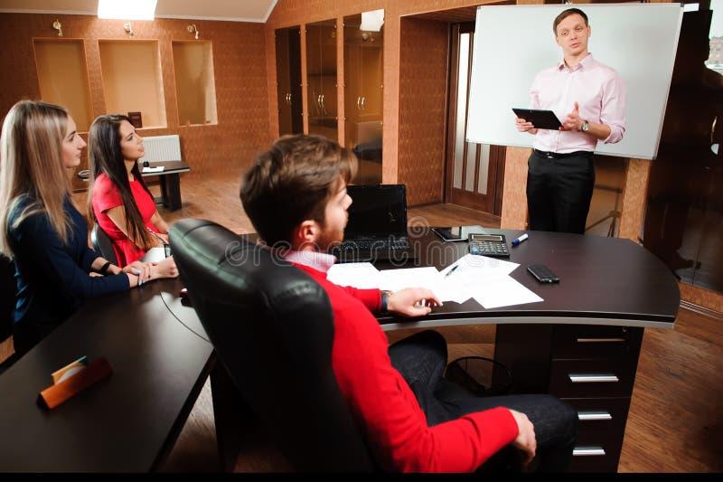 Biznesmen wyjaśnia plan biznesowego coworkers w sala konferencyjnej obraz royalty free