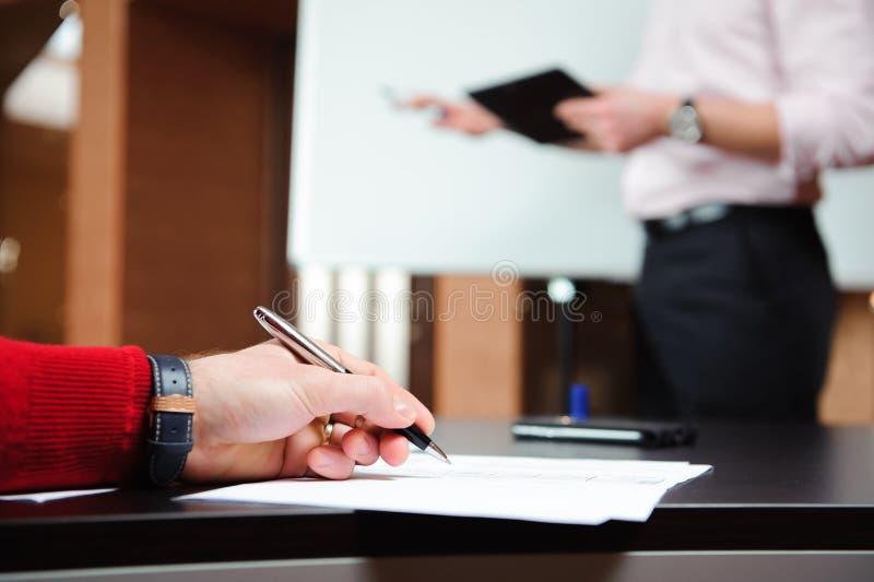 Biznesmen wyjaśnia plan biznesowego coworkers w sala konferencyjnej zdjęcie royalty free