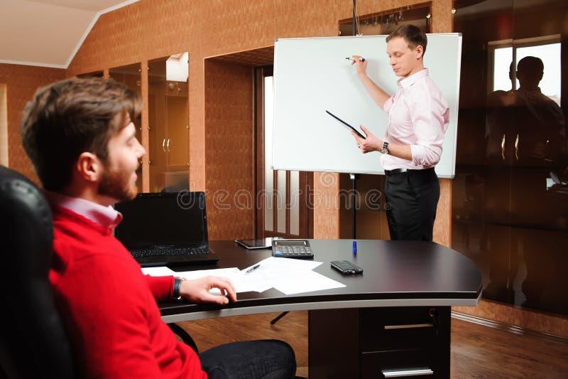 Biznesmen wyjaśnia plan biznesowego coworkers w sala konferencyjnej obrazy stock