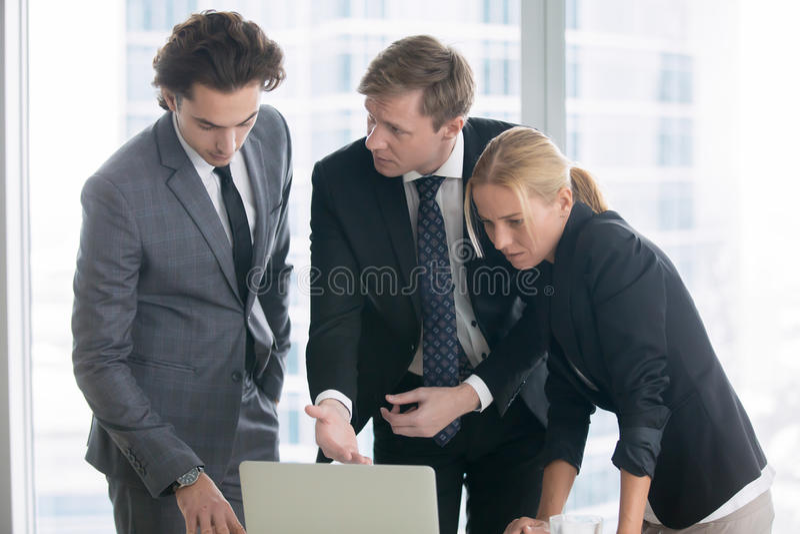 Biznesmen wyjaśnia prezentację na laptopu ekranie obraz royalty free