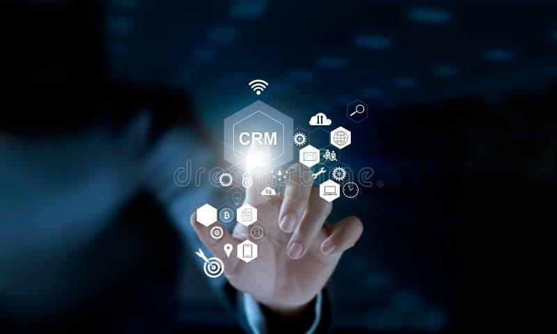Biznesmen wzruszająca ikona CRM na nowożytnym wirtualnym interfejsie obraz stock