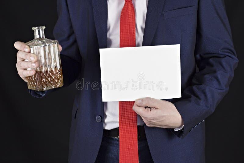 Biznesmen z alkoholem w jego ręki i czystego prześcieradła zawiadomienie zdjęcie stock