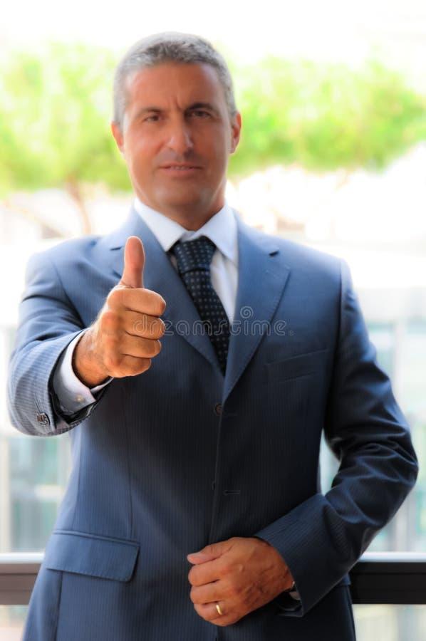 Biznesmen z aprobatami zdjęcie royalty free