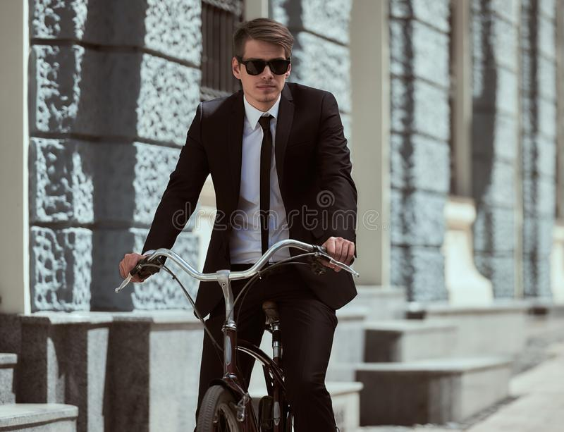 Biznesmen z bicyklem obraz stock