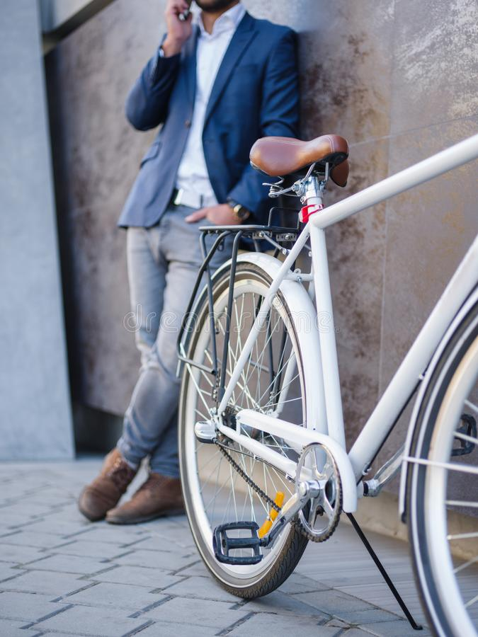 Biznesmen z biznesową rozmową, bicykl blisko zdjęcia stock