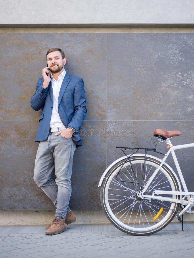 Biznesmen z biznesową rozmową, bicykl blisko zdjęcia royalty free