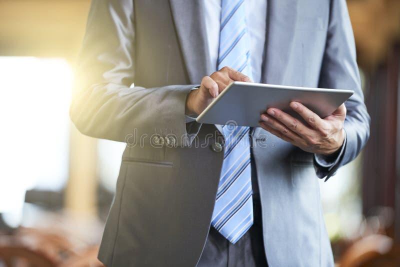 Biznesmen z cyfrową pastylką zdjęcia royalty free