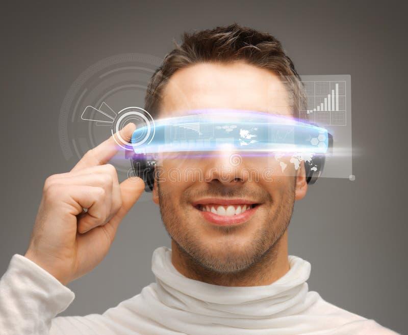 Biznesmen z cyfrowymi szkłami obrazy royalty free