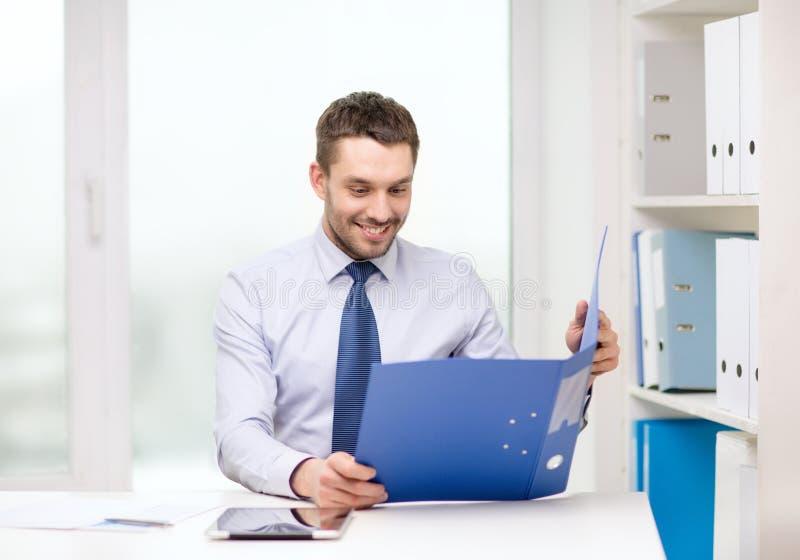 Biznesmen z falcówki i pastylki komputeru osobistego komputerem zdjęcia stock