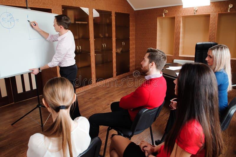 Biznesmen z jej personelem, ludzie grupy w tle przy nowożytnym jaskrawym biurem indoors zdjęcie royalty free