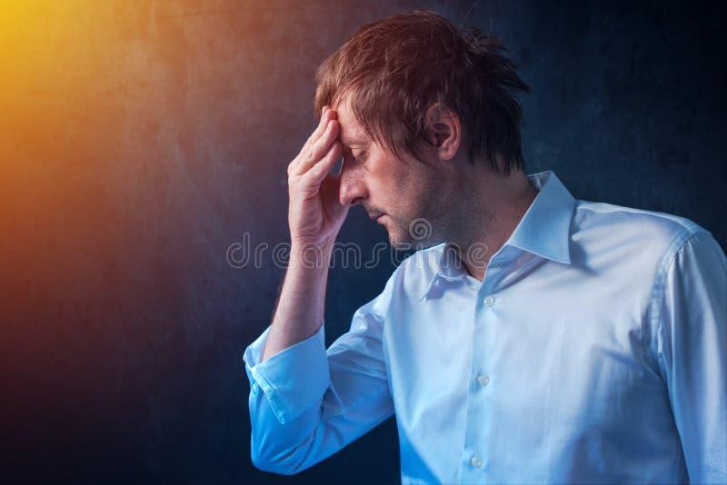 Biznesmen z kac migreną fotografia stock