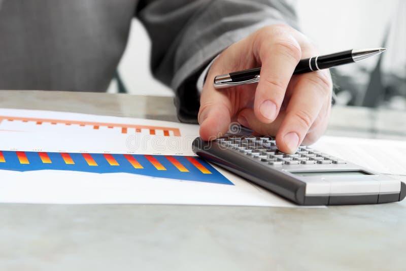 Biznesmen z kalkulatorem obrazy royalty free