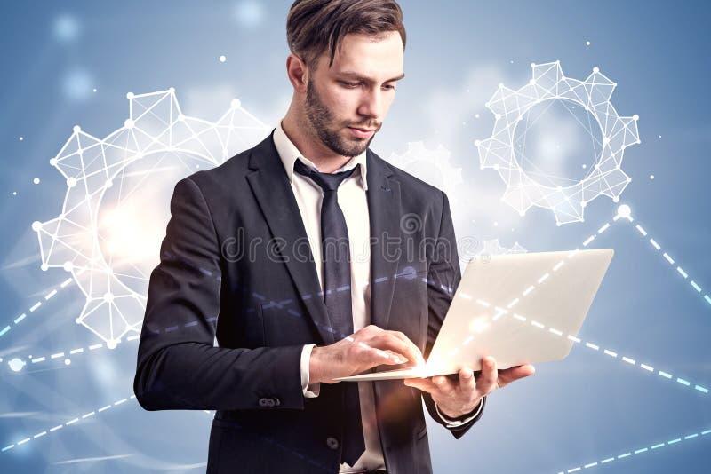 Biznesmen z laptopem, cogwheels i wykresami, zdjęcia royalty free