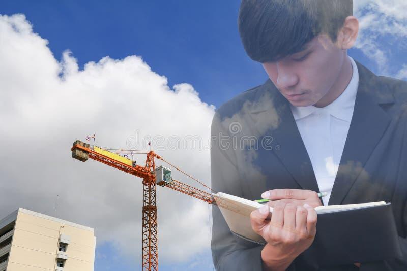 Biznesmen z notepad w ręki podpisywania dokumentach w budowy miejscu pracy, dwoistego ujawnienia concep obraz royalty free
