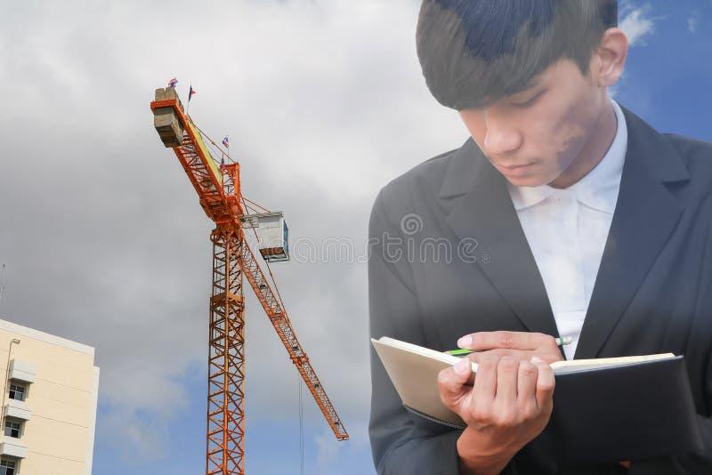 Biznesmen z notepad w ręki podpisywania dokumentach w budowy miejscu pracy, dwoistego ujawnienia concep zdjęcie royalty free
