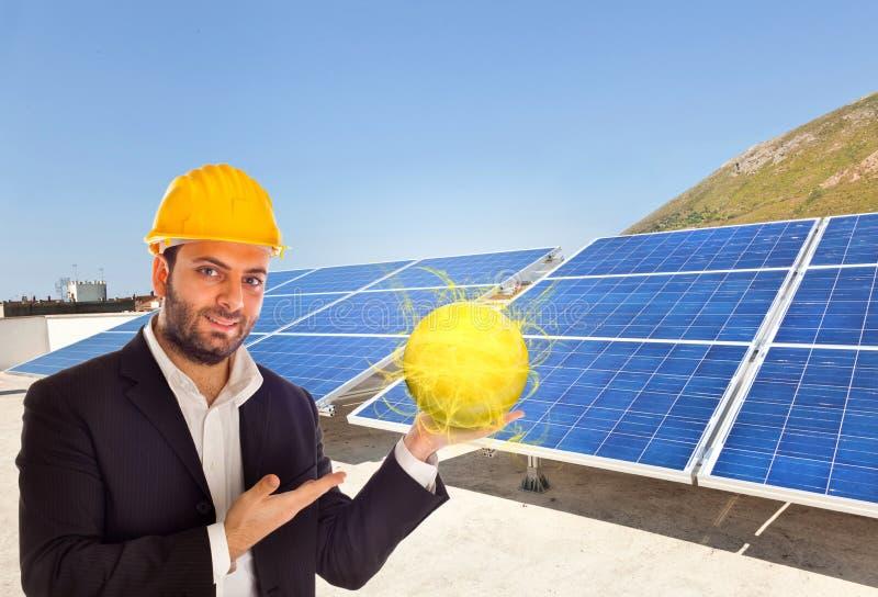 Biznesmen z panelem słonecznym obrazy royalty free