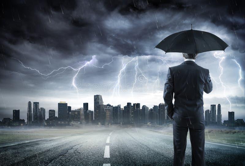 Biznesmen Z Parasolową Przyglądającą burzą zdjęcia royalty free