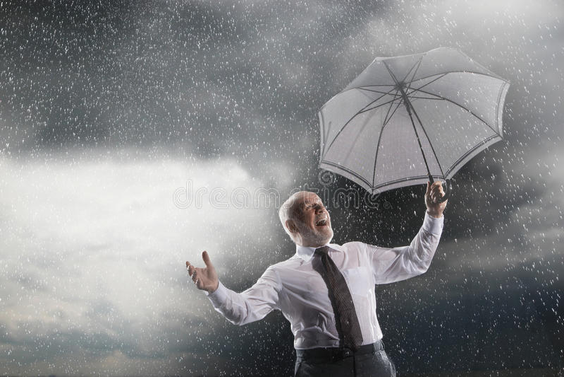Biznesmen Z Parasolowy Śmiać się W burzy zdjęcie stock