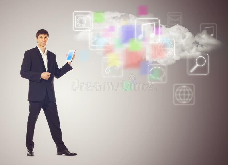 Biznesmen z pastylką i chmurą z zastosowanie ikonami zdjęcie stock