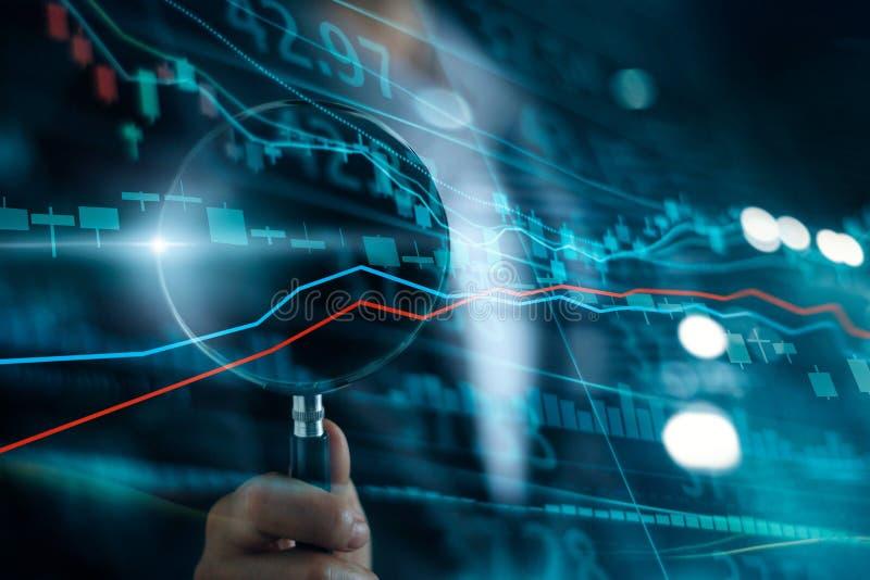 Biznesmen z powiększać - szklana rewizja inwestować i rynek papierów wartościowych Zysk i zyski z candlestick mapami obrazy royalty free