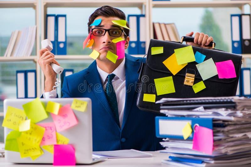 Biznesmen z przypomnienie notatkami w multitasking pojęciu zdjęcia stock