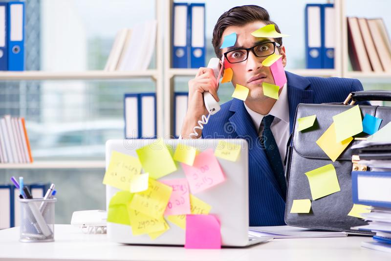 Biznesmen z przypomnienie notatkami w multitasking pojęciu obrazy stock
