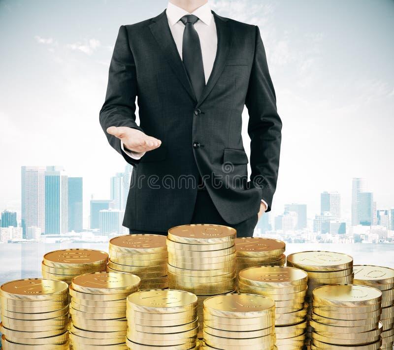 Download Biznesmen Z Stertami Złociste Monety Przy Miasta Tłem Zdjęcie Stock - Obraz złożonej z tło, przychody: 65225514