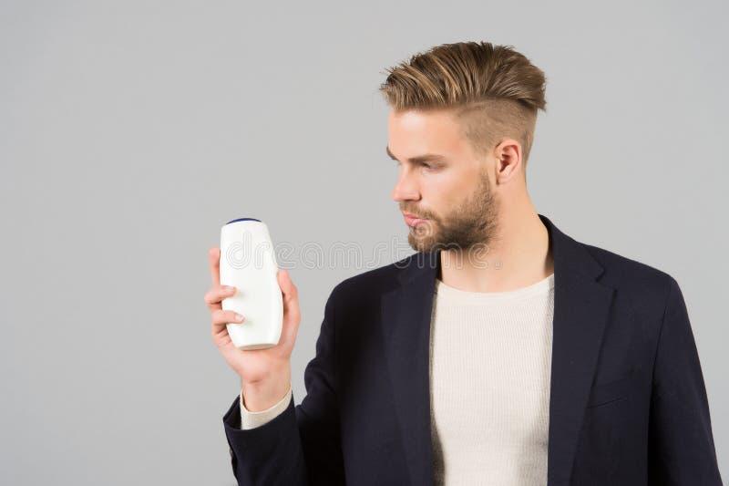 Biznesmen z szamponu lub gel butelką w ręce, zdrój obrazy stock