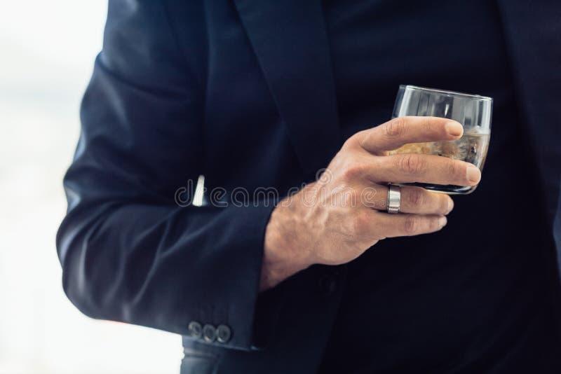 Biznesmen z szkłem whisky zdjęcia stock