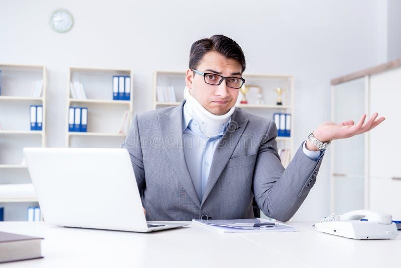 Biznesmen z szyja urazem pracuje w biurze zdjęcia royalty free
