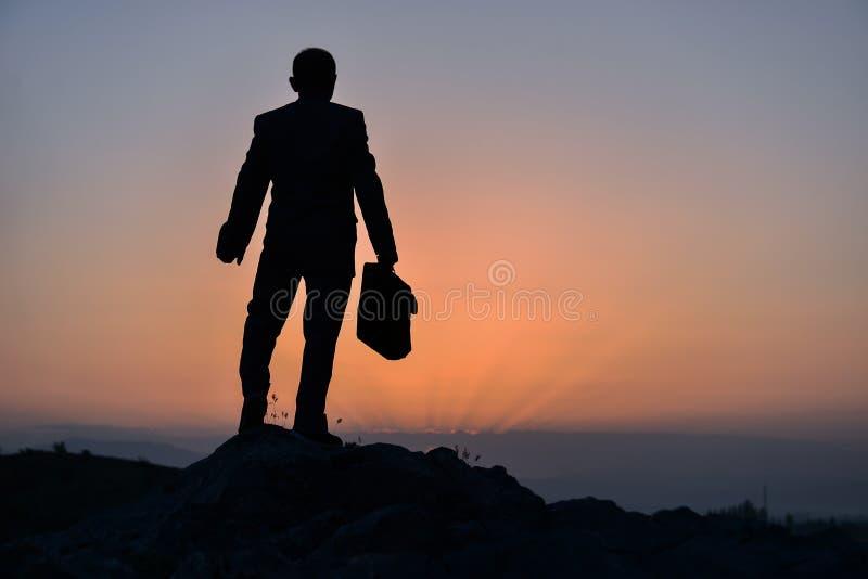 Biznesmen z teczką na szczycie górskim fotografia royalty free