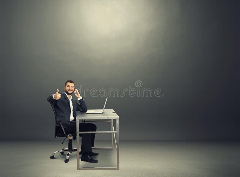 Biznesmen z telefonem komórkowym w ciemnym pokoju obrazy royalty free